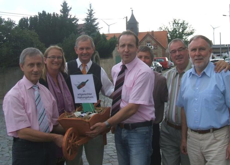 Fraktionchef B. Kanngießer, Katrin Budde, Jochen Dettmer, Siegfried Jackowitz, Perter Koch und Heinz Maspfuhl mit ihrem Geschenk